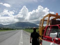 Au treuil, la piste d'Ibarra avec le volcan Ibabura